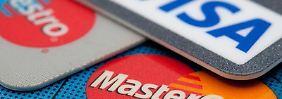Urlauber sollten vor der Reise bei ihrer Bank abklären, wieviel mit der Geldkarte im Ausland abgehoben werden kann. Foto:Andrea Warnecke