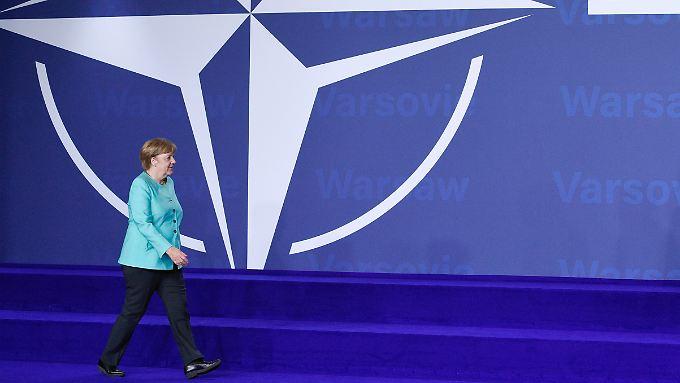 Merkel beim Natogipfel in Warschau: Das Bündnis gab die Inbetriebnahme des vor allem gegen iranische Raketen gerichteten Abwehrschilds bekannt.