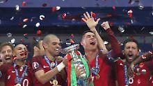 Portugal im Freudenrausch: Cristiano Ronaldo reckt den Pokal in die Höhe.