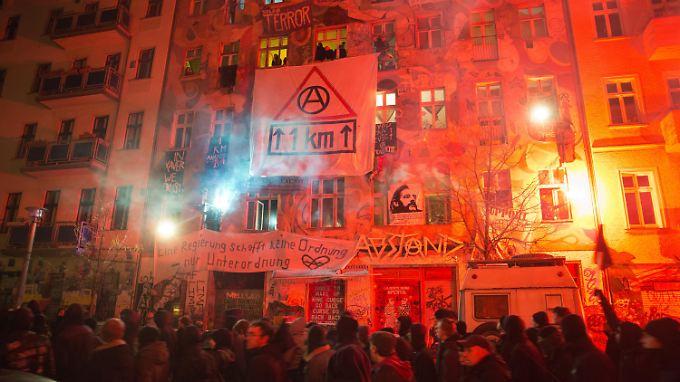 Ein ehemals besetztes Haus in Berlin-Friedrichshain ist Symbol für eine ganze Szene und steht für eine wenig vorausschauende Stadtpolitik.