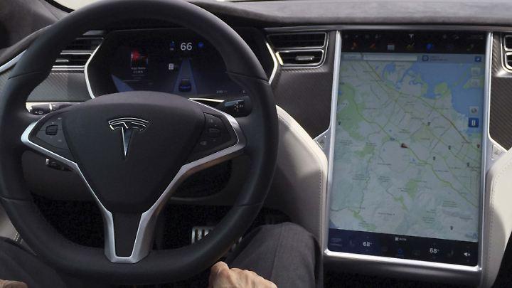 Tesla empfiehlt die Benutzung des Autopiloten lediglich auf Autonbahnen - nicht auf Bergstraßen.