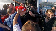 Aufgebrachte Istanbuler verprügeln Soldaten.