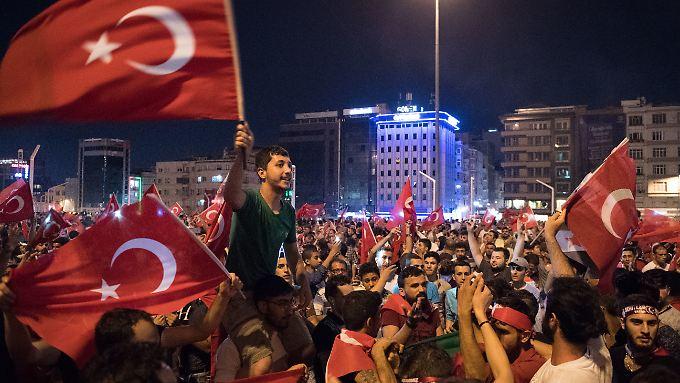 Einer der Gründe fürs Scheitern: Erdogan hat glühende Anhänger, die in Massen auf die Straße zogen.