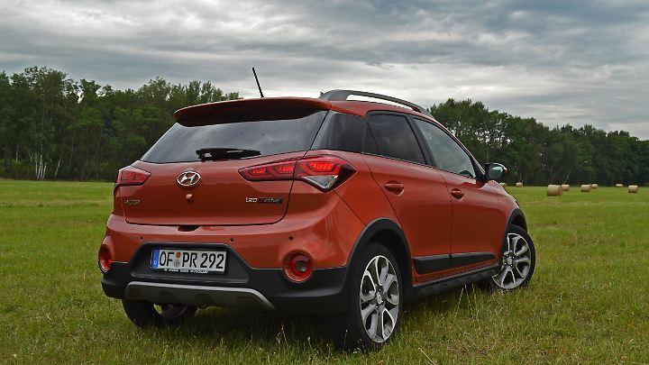 Der Unterfahrschutz und die seitlichen Verplankungen lassen den Hyundai i20Active fast schon wuchtig dastehen.