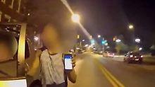 Nach dem Unfall zeigt der Fahrer völlig Konsterniert sein Handy.