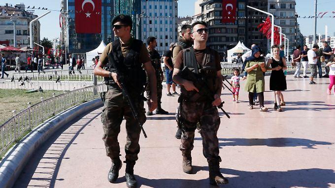 Schwerbewaffnete Wächter der Demokratie auf dem Taksim-Platz in Istanbul.