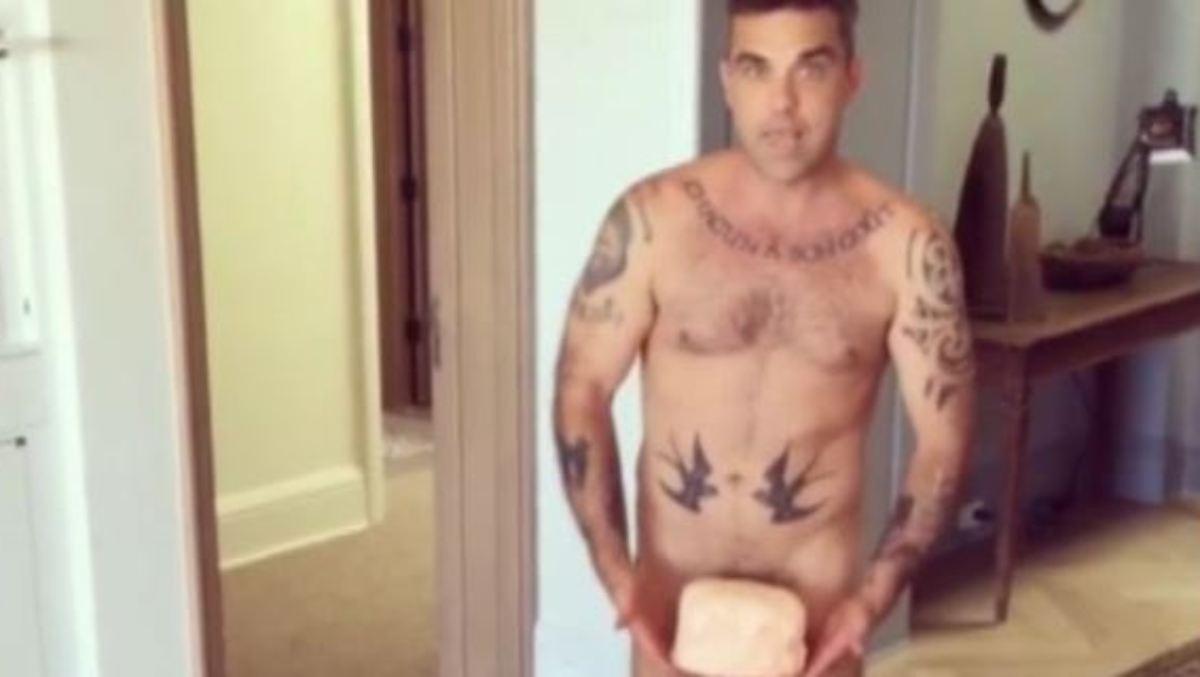 Robbie Williams unterschreibt auf nackten Brsten von Ines