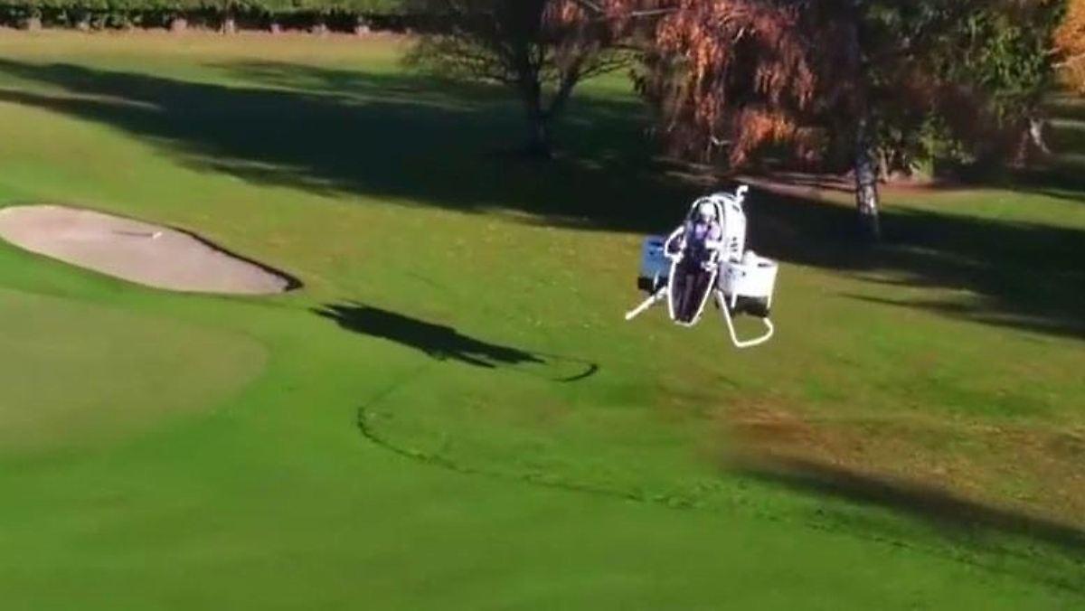 birdie mit jetpack golfstar bubba watson pr sentiert fliegendes golf cart n. Black Bedroom Furniture Sets. Home Design Ideas
