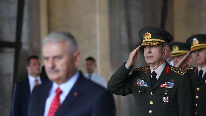 Der türkische Armeechef Hulusi Akar bleibt im Amt - er war von Putschisten gefangen genommen worden.