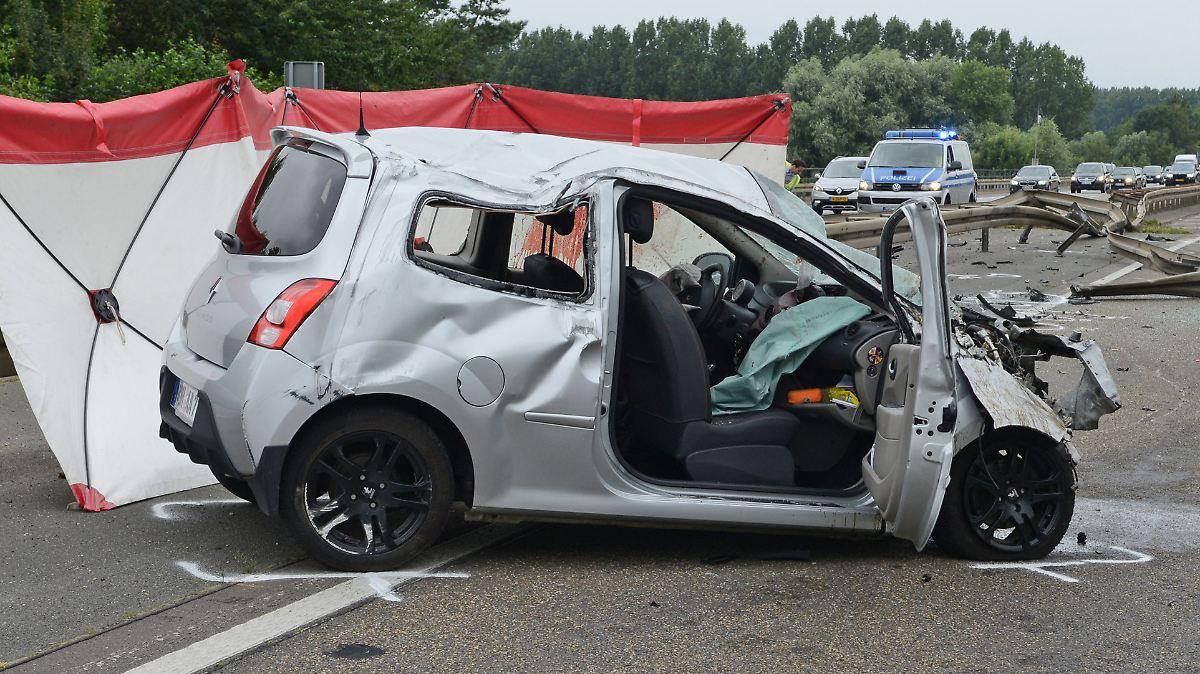 unfall auf der a31 stahlplatte verletzt autofahrer t dlich n. Black Bedroom Furniture Sets. Home Design Ideas