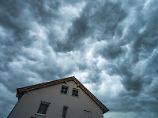 Die dunklen Wolken verkünden das Drama: Fällt innerhalb weniger Stunden mehr als 100 Liter pro Quadratmeter Regen, kommt es oft zu Überschwemmungen.So viel kann keinBoden und keine Kanalisation aufnehmen. Foto: Armin Weigel