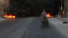 Um Angriffe aus der Luft zu verhindern, entzünden Einwohner in dem belagerten Gebiet Autoreifen.