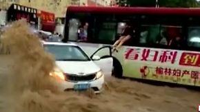 Unwetter-Drama in China: Busfahrer rettet drei Menschen aus Wassermassen