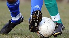 AuchAmateurfußballer, wenn sie einenVertrag mit einemVerein haben, sind im Falle einer schwerenVerletzung unfallversichert.