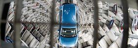 Beim Autobauer VWruhen die Fließbänder derzeit teilweise. Foto: Julian Stratenschulte