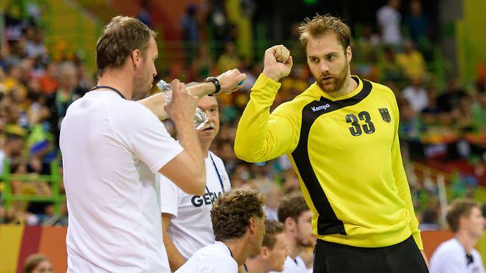 Torhüter Andreas Wolff lässt seinen Bundestrainer Dagur Sigurdsson nur ungern nach Japan ziehen.