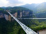 Neuer Touristen-Hotspot: Gigantische Glasbrücke in China eröffnet