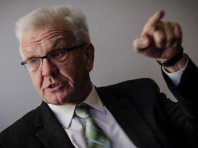"""Die """"kriminelle Energie"""", die von """"Gruppierungen junger Männer aus diesen Staaten"""" ausgehe, sei bedenklich, sagt Winfried Kretschmann, grüner Ministerpräsident Baden-Württembergs. Sie müsse mit aller Konsequenz bekämpft werden."""
