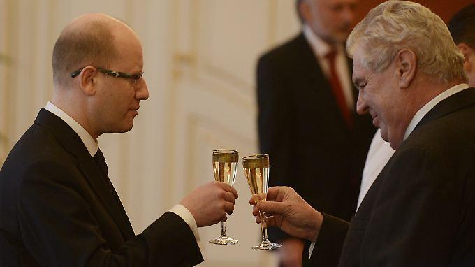 Tschechiens Regierungschef Bohuslav Sobotka und Staatschef Milos Zeman (v.l.) teilen Angela Merkels Ansichten zur Flüchtlingspolitik nicht.