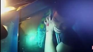 Sitze fingen an zu schmelzen: Polizist rettet eingeklemmten 21-Jährigen aus brennenden Auto