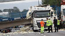 Bauwerk hielt Unfall nicht stand: Brücke stürzt auf Autobahn