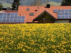 Wenn die Sonne scheint, sollten Solaranlagen ihr volle Leistung abrufen können. Ist das über längere nicht Zeit so, sollte man die Anlagen vom Fachmann überprüfen lassen.