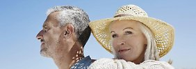 Gemeinsam die Sonne genießen und nicht mehr an die Arbeit denken. Wer vorzeitig in den Ruhestand gehen will, muss diesen Schritt gut durchrechnen.