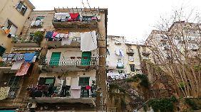 Lila und Elena sind in einem Viertel in Neapel groß geworden, in dem Armut und Gewalt herrschen.