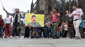 Viele Fahnen trugen das Porträt von PKK-Chef Öcalan.