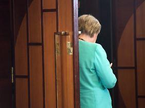 Angela Merkel erfährt, dass sie in Berlin ein paar Dinge zu erklären hat.