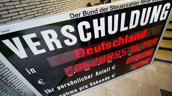 Ende 2015 betrug der deutsche Schuldenberg nach Angaben des Statistischen Bundesamtes etwa 2022 Milliarden Euro.