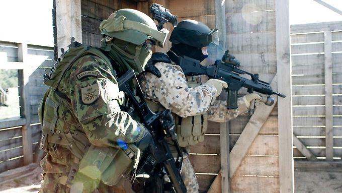 Ein litauischer und ein estnischer Soldat trainieren mit dem G36.