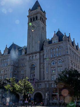 Mit dem Uhrenturm überragt das Gebäude die Stadt.