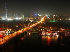 Kairos Skyline bei Nacht.