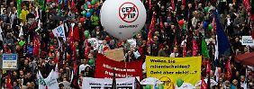 In Berlin sind Zehntausende zusammengekommen, um gegen die Freihandelsabkommen TTIP und Ceta zu demonstrieren.