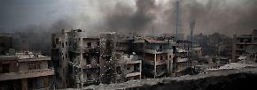 Nach Darstellung eines Journalisten, der für das russische Fernsehen aus Aleppo berichtet, lassen die Aufständischen die Zivilisten aus den von ihnen kontrollierten Teilen der Stadt nicht mehr in die Hälfte, die von den Assad-Truppen gehalten wird.