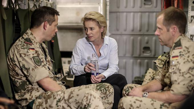Verteidigungsministerin Ursula von der Leyen unterhält sich mit Bundeswehrangehörigen auf ihrem Flug in den Irak.