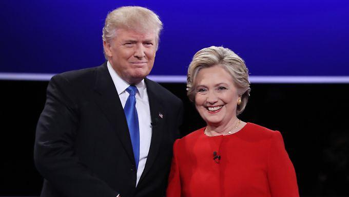 Vor Beginn der Debatte reichten Trump und Clinton sich die Hand - sie in rotem Hosenanzug, er mit blauer Krawatte, beide also in den Farben der jeweils gegnerischen Partei.