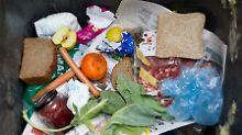 Im Durchschnitt wirft jeder Deutsche im Jahr 82 Kilogramm Lebensmittel weg.