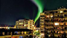 Viele Isländer zückten ihre Kameras und hielten dieses einzigartige Naturschauspiel fest.