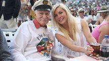 Hugh Hefner öffentliche Auftritte sind rar geworden. Diese Aufnahme mit seiner Frau Cystal ist aus dem Jahr 2013.