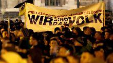 """Bei Pegida-Kundgebungen sind immer wieder Banner mit der Aufschrift """"Wir sind das Volk"""" zu sehen."""