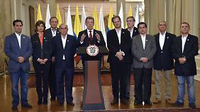 """Präsident Juan Manuel Santos (m.) kurz nach Bekanntwerden des """"Nein""""."""