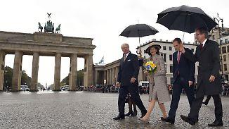 Royals unter Regenschirmen: Carl Gustaf und Silvia absolvieren straffes Programm in Berlin
