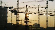 Beschäftigung steigt: Regierung hebt Wachstumsprognose an