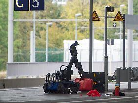 Einsatz am Chemnitzer Hauptbahnhof: Mit Hilfe eines ferngesteuerten Roboters überprüft die Polizei das Gepäck eines Terrorverdächtigen.