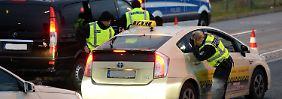 """""""Präventive Maßnahmen"""": Polizeibeamte durchsuchen am Flughafen Schönefeld Fahrzeuge."""