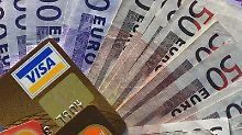 Wer ins Ausland in denUrlaub fährt, sollte vorher entscheiden, wie viel Bargeld und welche Kreditkarten mitgenommen werden. Foto: Jens Kalaene