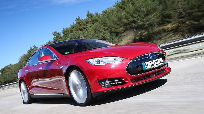 Nach einigen Unfällen ist der Autopilot von Tesla in die Kritik geraten. Jetzt warnt sogar ein Bericht des BASt.