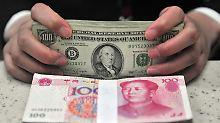 Aus Angst vor der Wirtschaftsflaute verschieben immer mehr Chinesen ihr Geld ins Ausland.